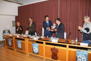 O alcalde, Alfonso Villares, entrega un agasallo a Paco Piñeiro
