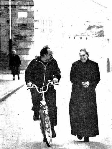 Gea Escolano en bicicleta adiantando a Jaime Cabot (Arquivo La Voz de Calicia, 1988)